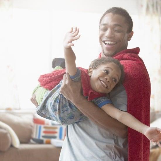 un père et son fils déguisés jouant dans le salon